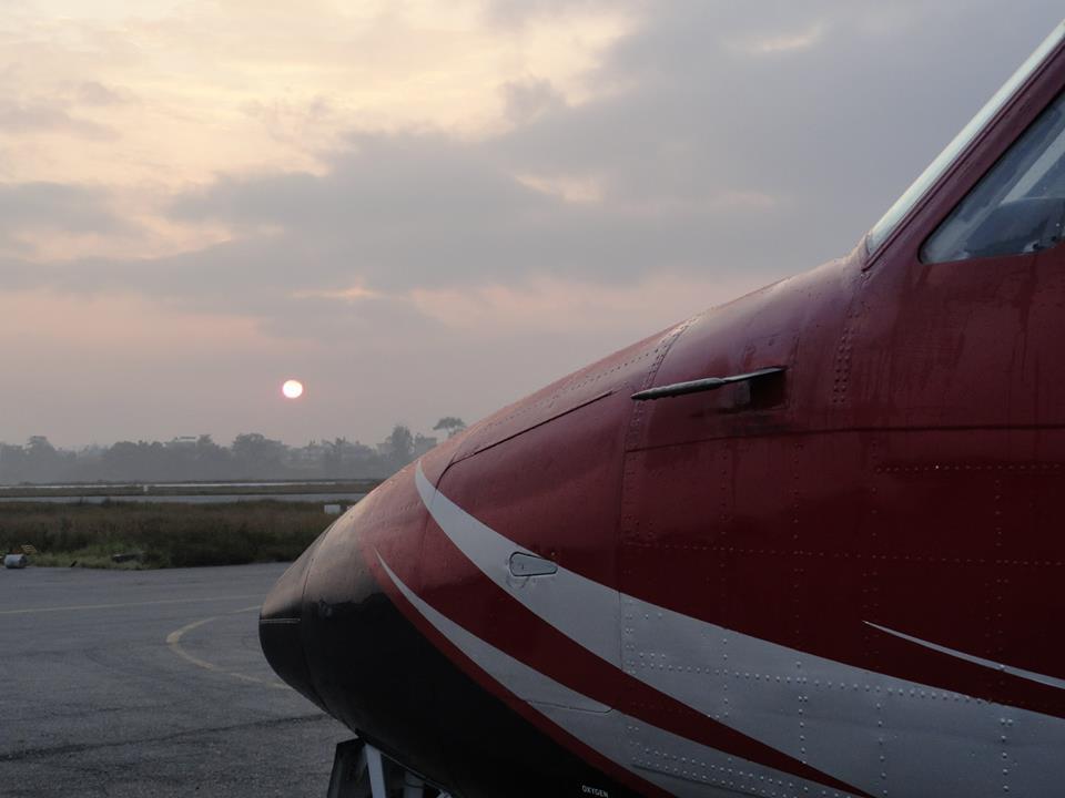 Flugzeug in Kathmandu beim Sonnenaufgang