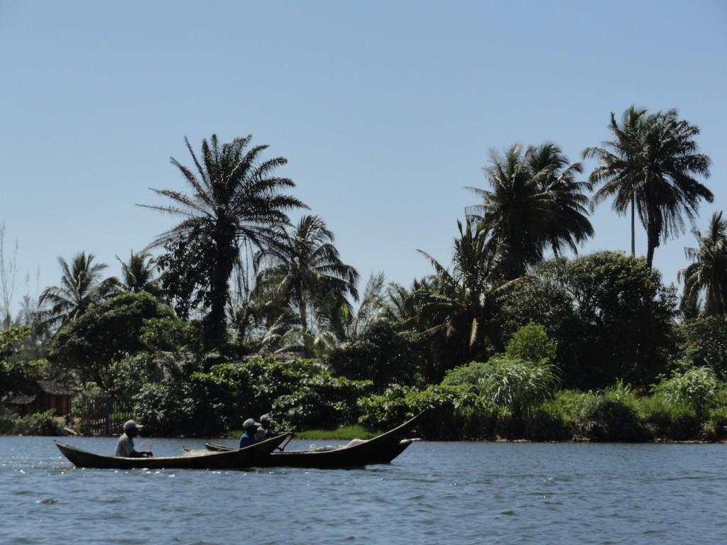 Fischer in der Hafeneinfahrt von Manakara