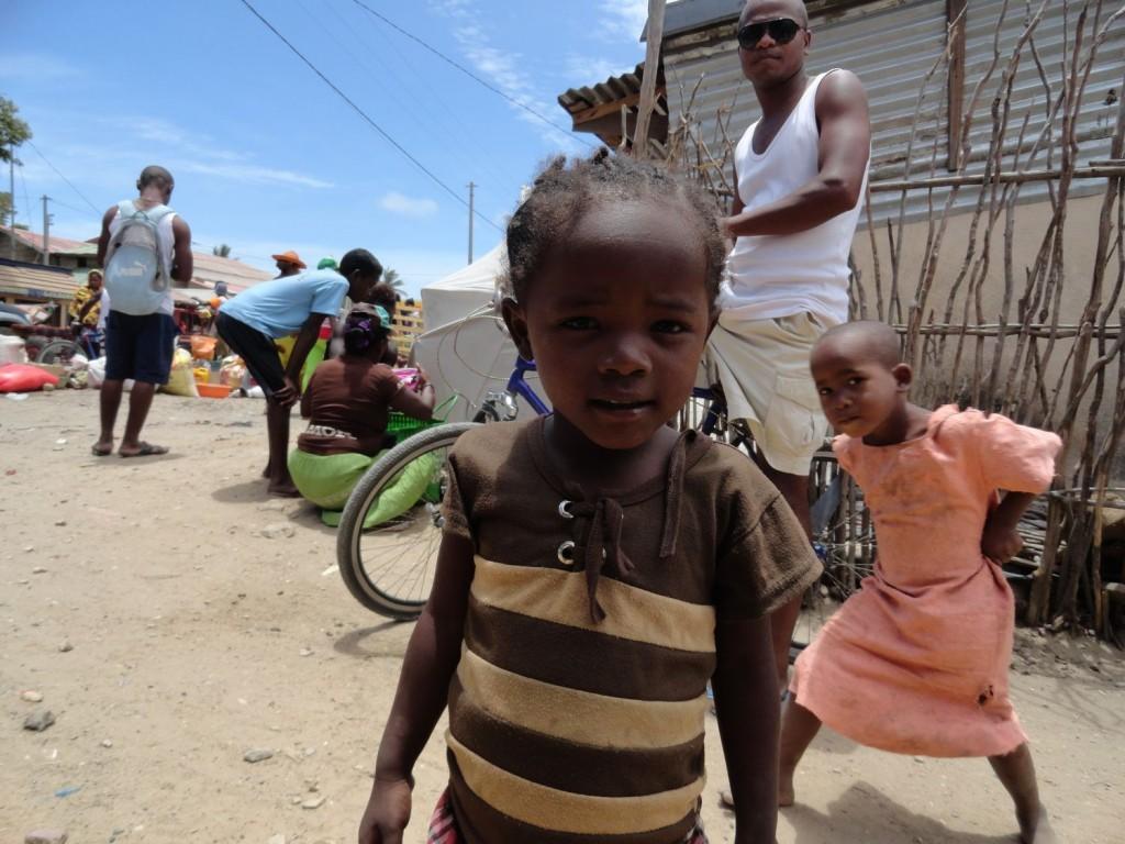 Kind an der Bushaltestelle in Tuléar