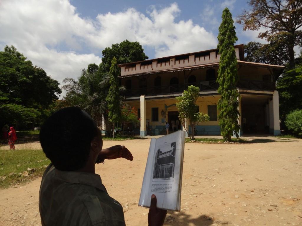 Mein Guide vor der Boma in Pangani