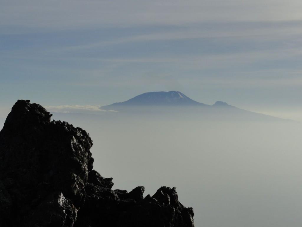 Mt. Kilimanjaro im Wolkenschleier