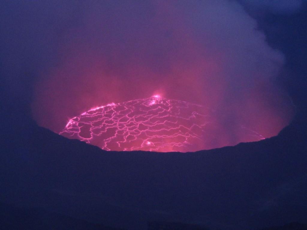 Lavasee des Nyiragongo Vulkans (Violett durch die hohe Infrarotstrahlung)
