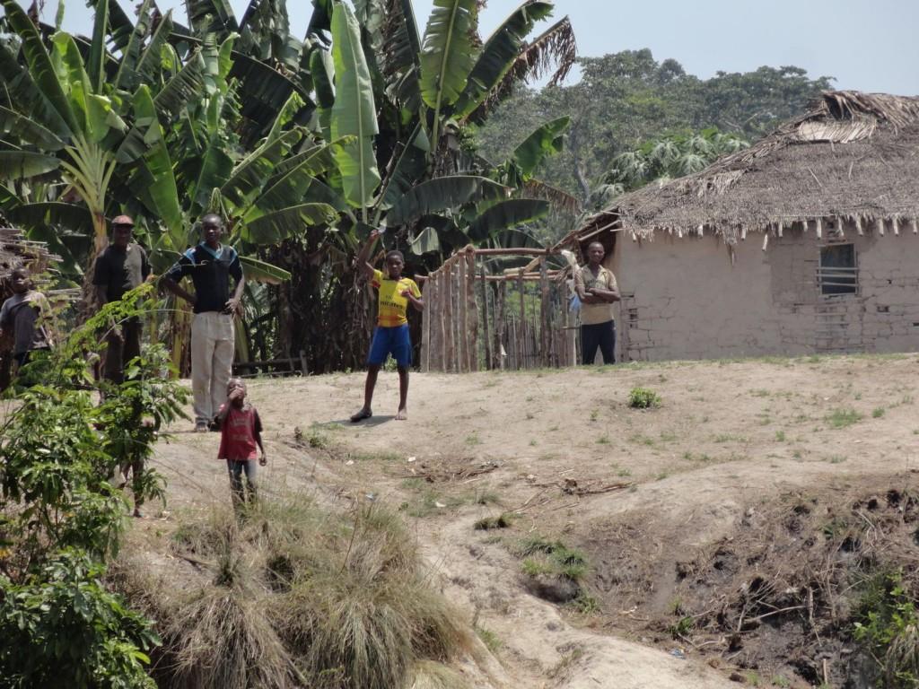Kinder winken vom Ufer