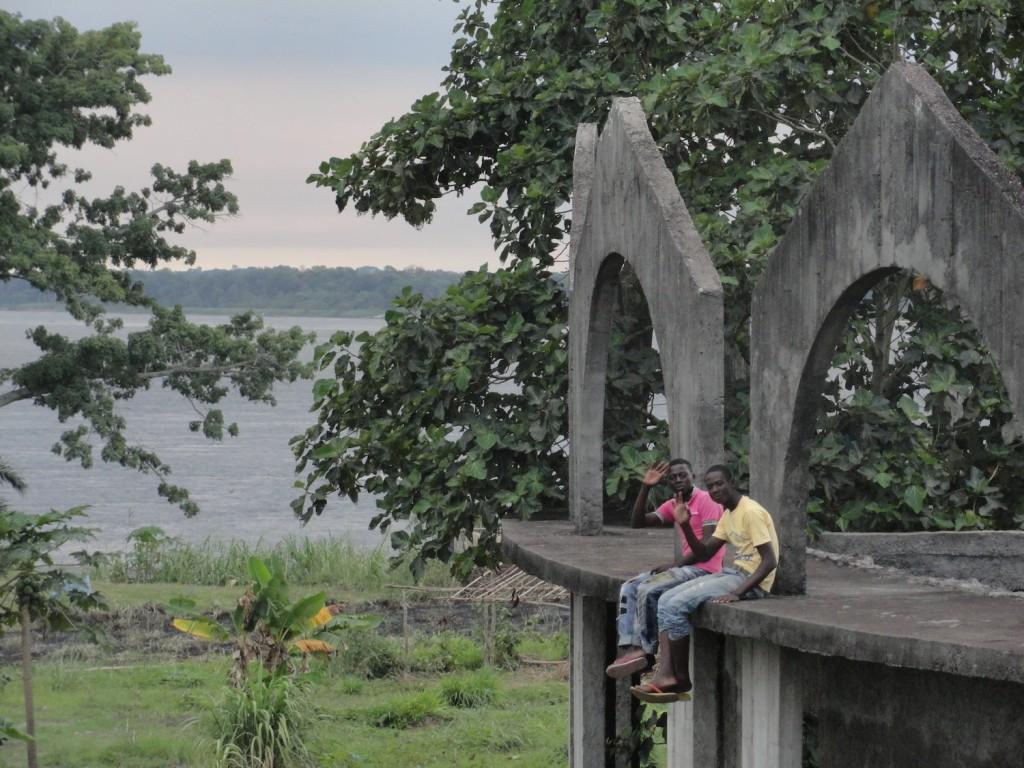 Jugendliche an der Palastruine von Mobutu