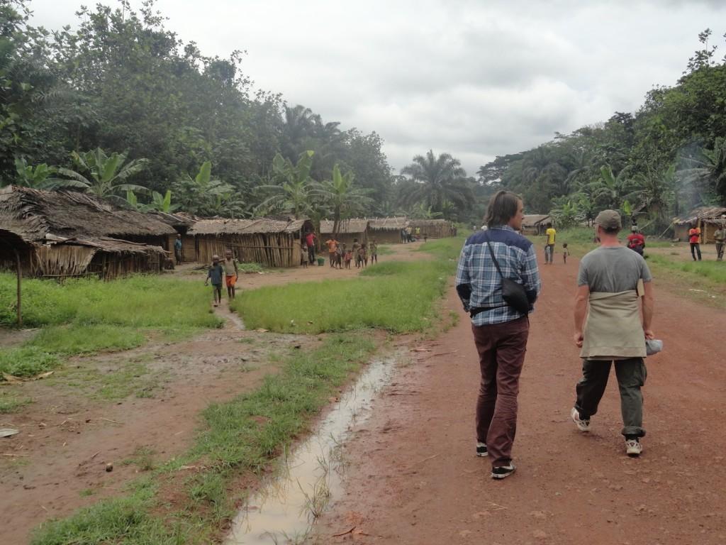 Spaziergang durch das Pygmänendorf