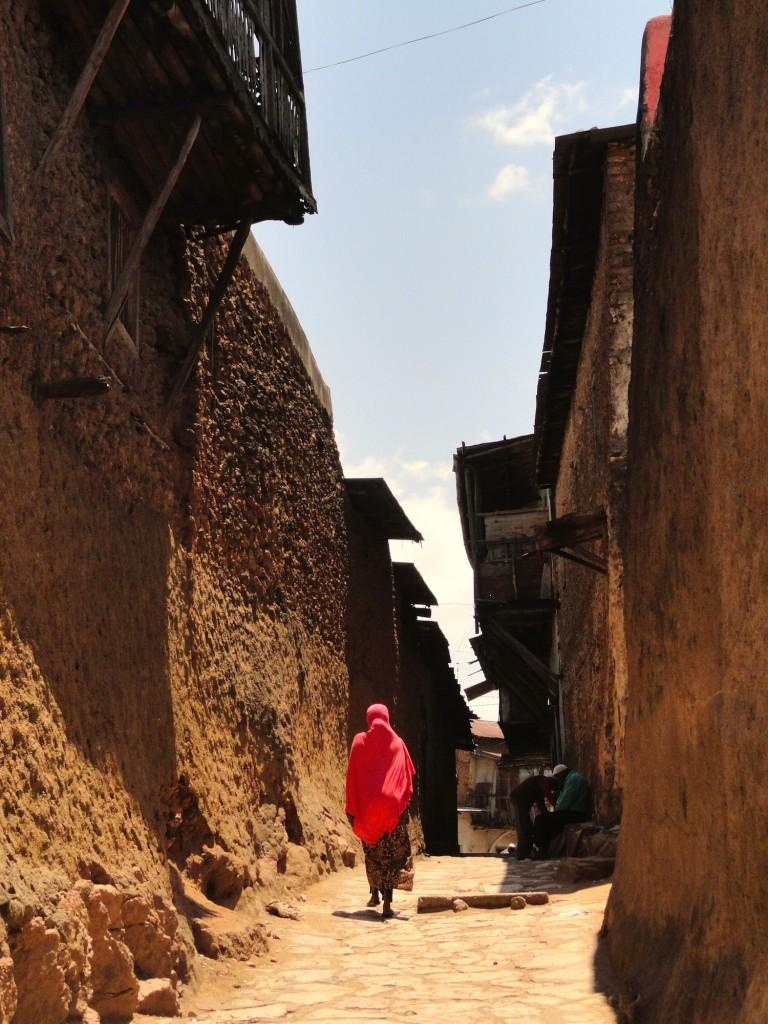 Frau in den Gassen von Harar