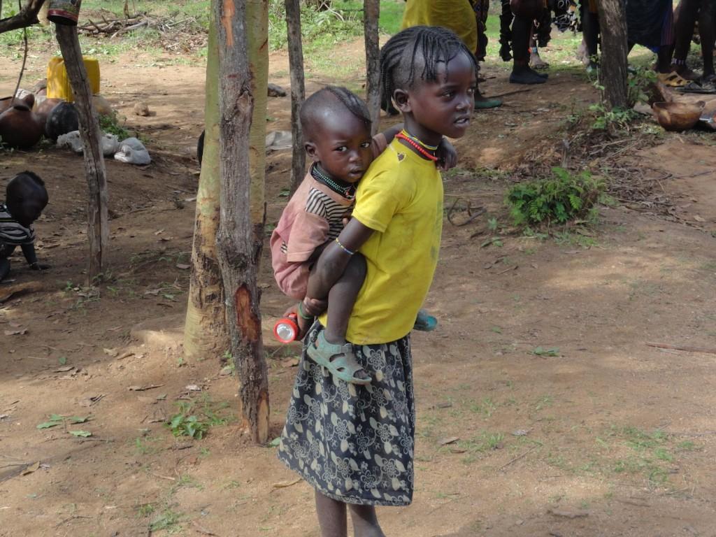 Kinder schauen dem Treiben zu