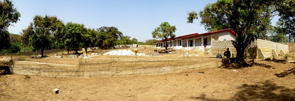 Blick über das gesamte Gelände der Berufsschule (Vordergrund: Fundament für Labor; rechts: Mauern für den Konferenzsaal; Hintergrund rechts: 7 Klassenzimmer)