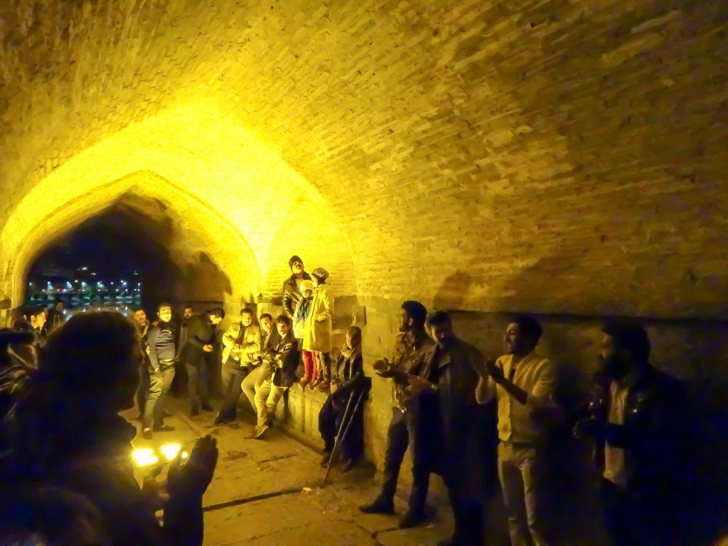 Sänger unter der Khaju Brücke