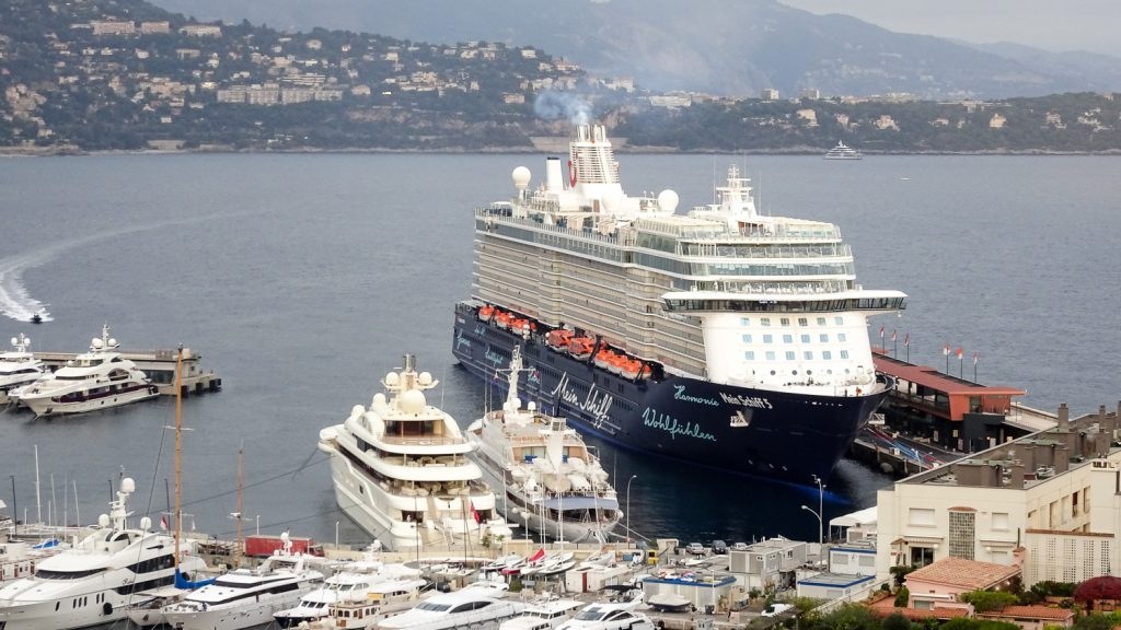 Mein Schiff 5 im Hafen von Monaco
