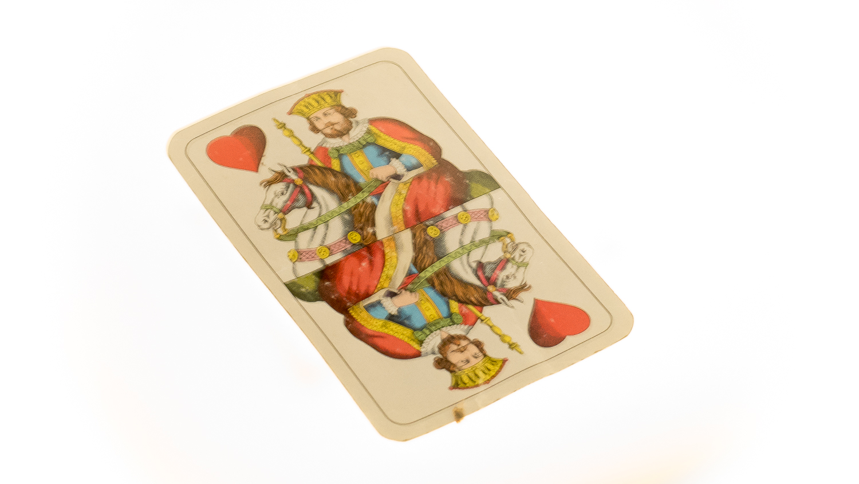 Spielkarte im Museum der Zerbrochenen Beziehungen