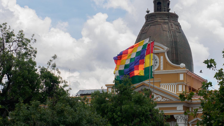 Plaza Murillo und Landesflagge von Bolivien