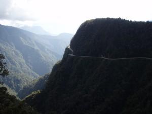 Todesstraße am Berghang