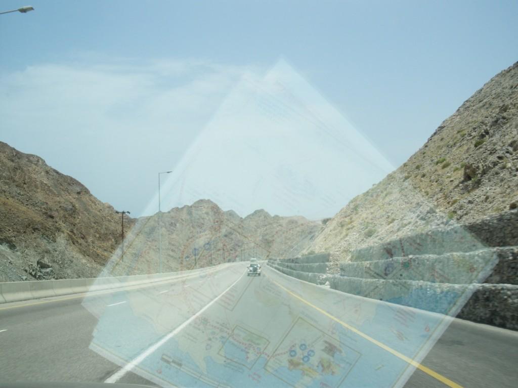 Straße mit Straßenkarte im Oman
