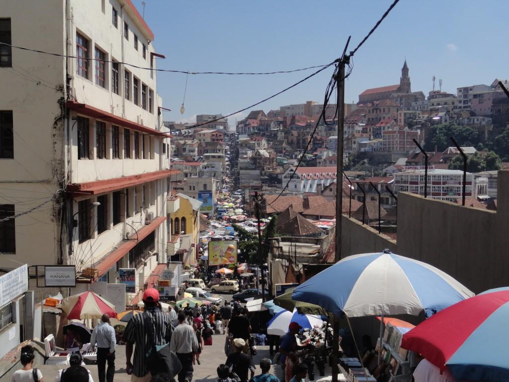 Lebhafter Markt auf den Straßen von Tana