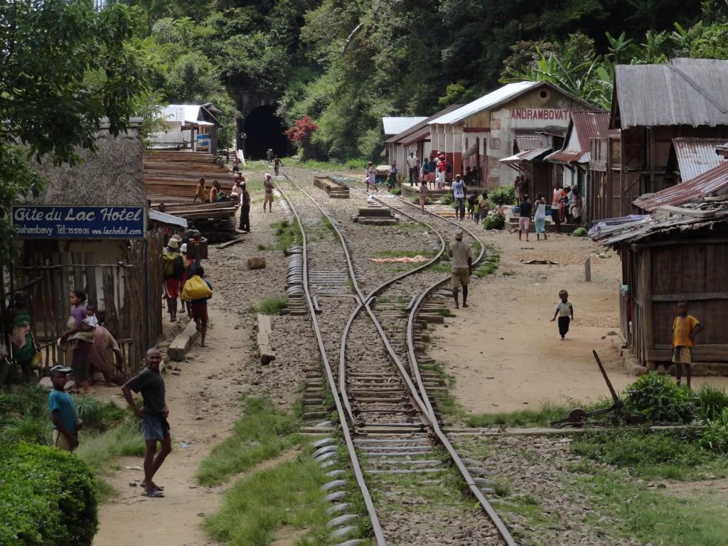 Einfahrt in den Bahnhof von Andrambovato