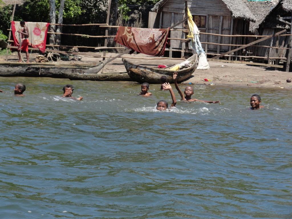 Kinder beim Schwimmen in Manakara