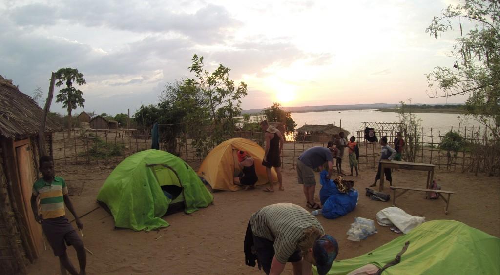 Camping in einem lokalen Dorf am Fluss