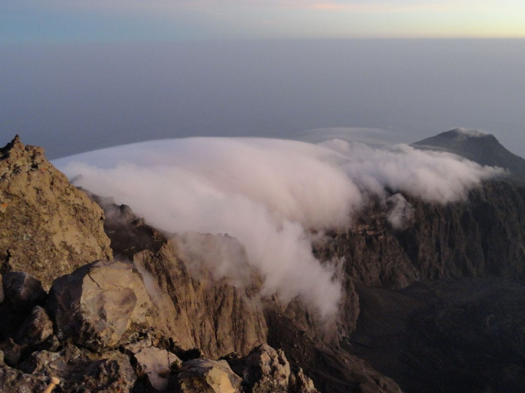 Wolken ziehen am Grat auf