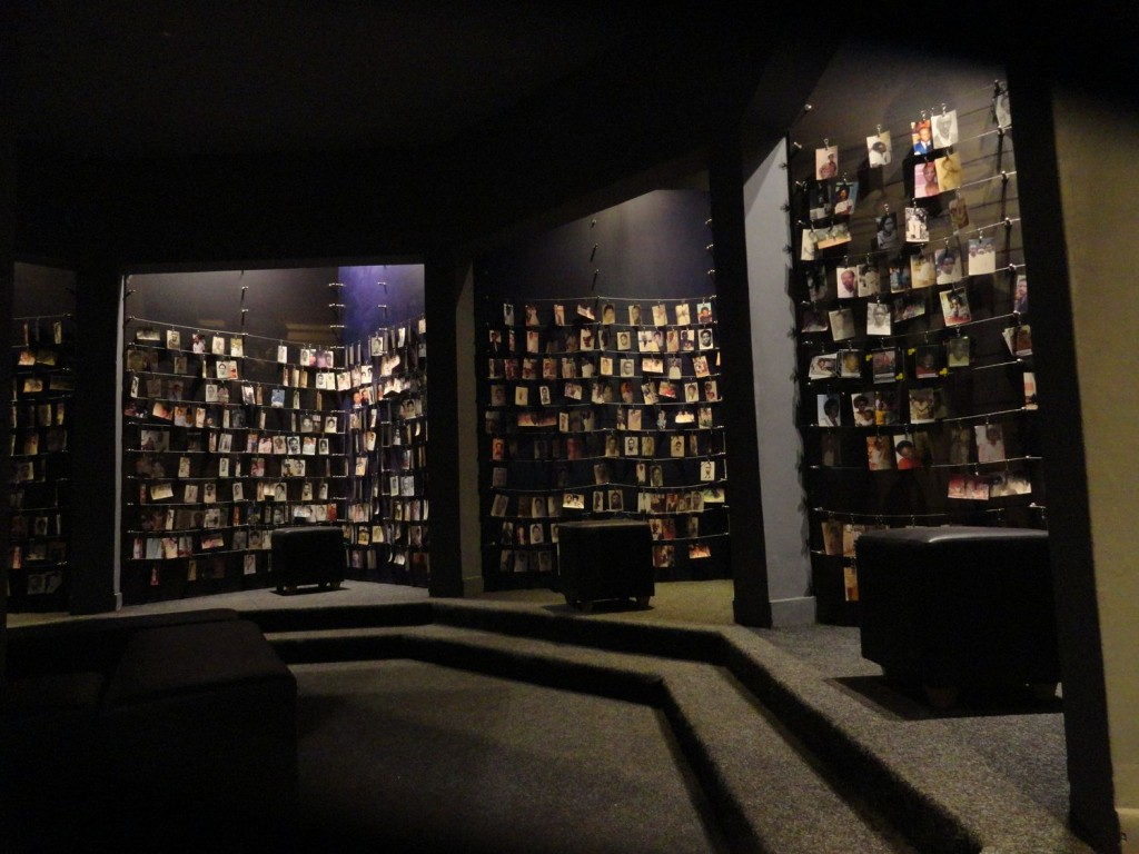 Opferbilder im Genozid Museum in Kigali