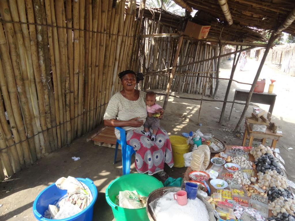 Marktfrau in einen kleinen Dorf entlang des Kongos