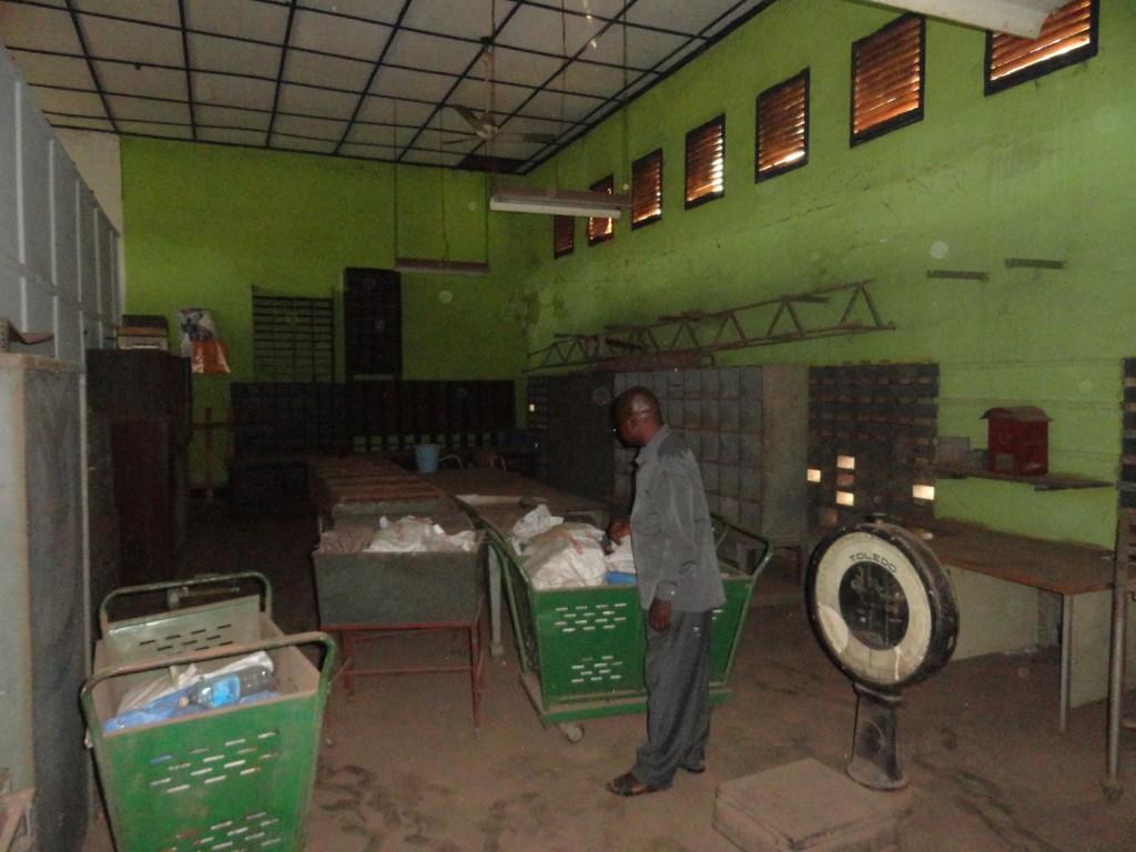 Blick in die heiligen Räume der Post von Mbandaka