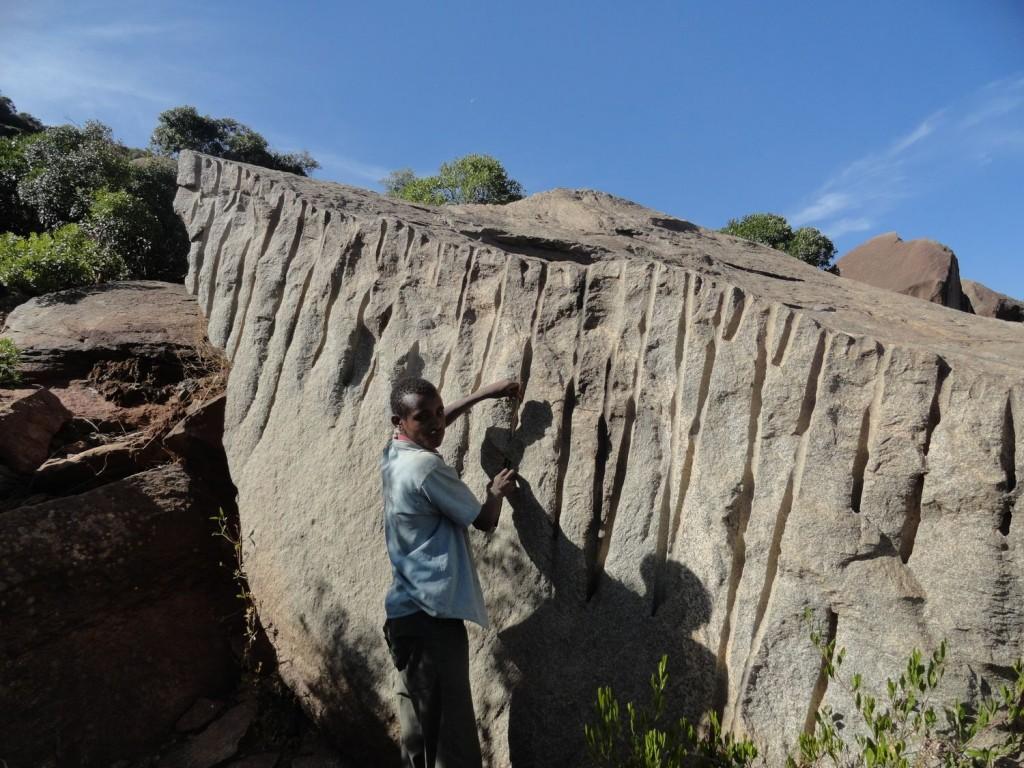 Bearbeitungsspuren der Stele im Steinbruch