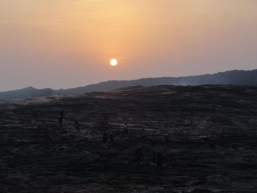 Sonne geht über dem Krater auf