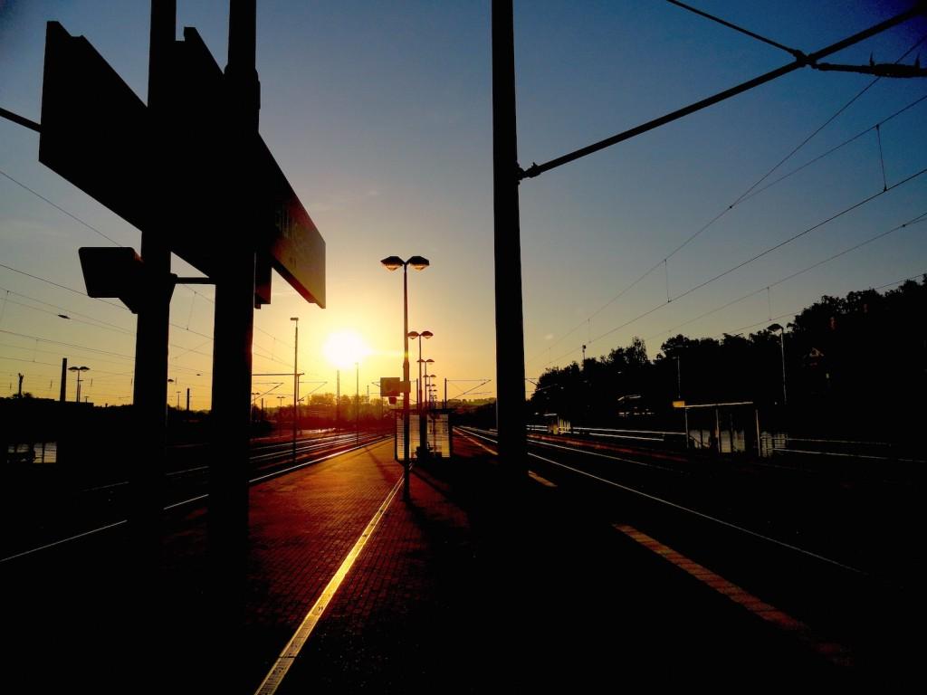 Sonnenaufgang am Bahnhof
