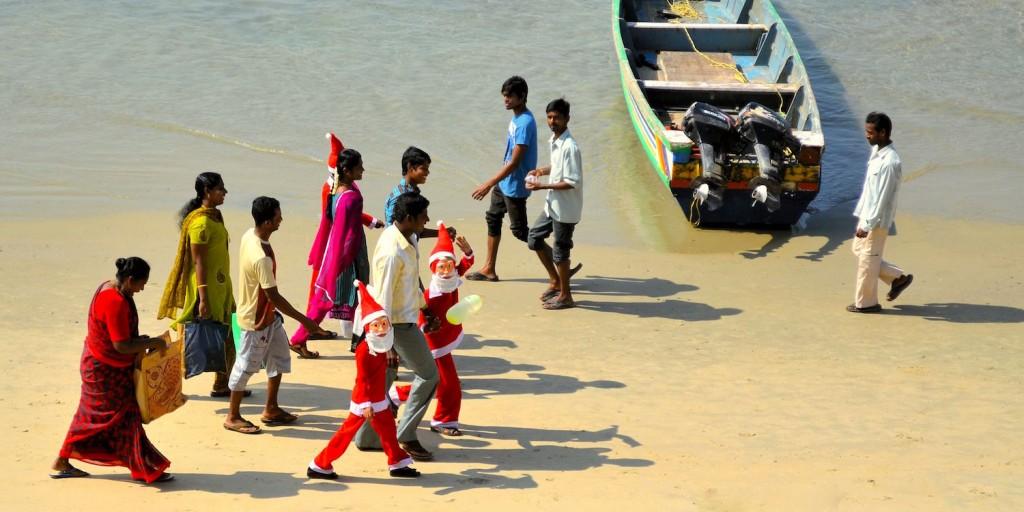 Weihnachtsmänner am Strand in Indien