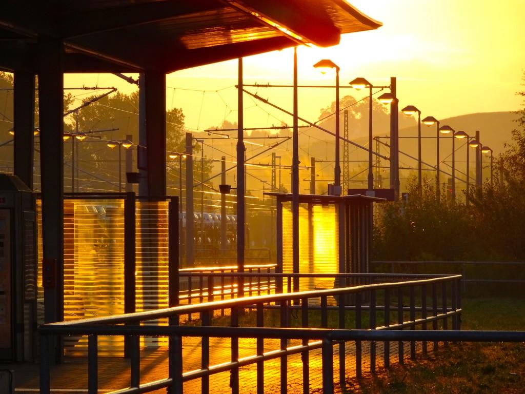 Goldener Morgen am Bahnhof