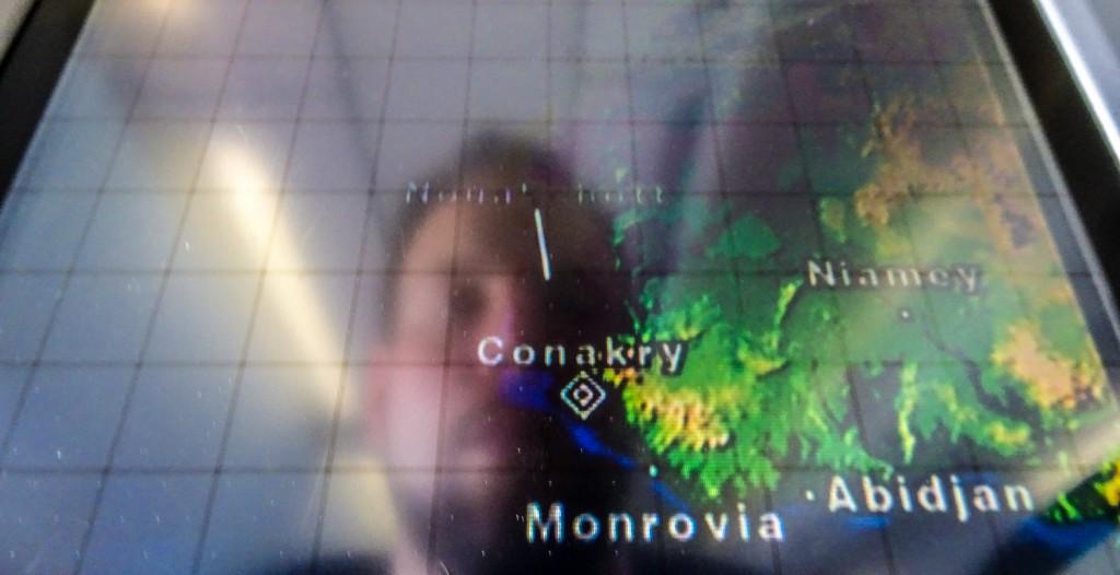 Anflug auf Conakry - Spiegelbild in Karte