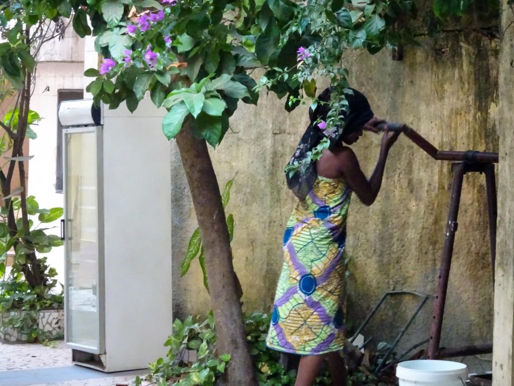 Frau an Brunnen