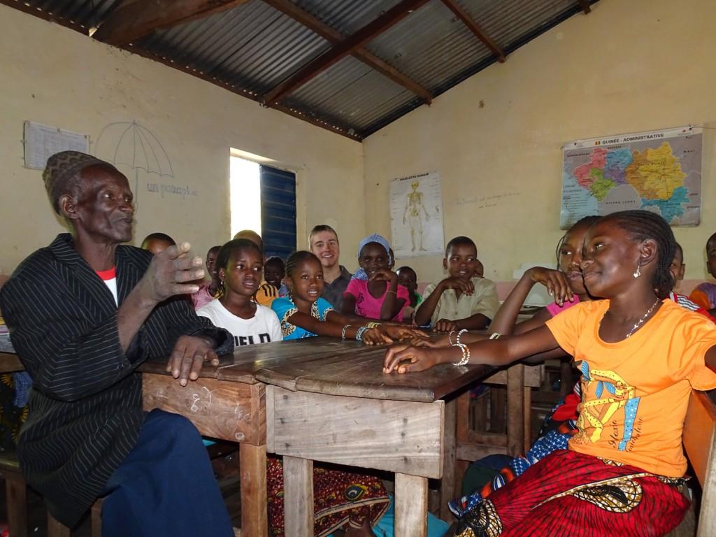 Lehrer mit Grundschülern in Tianguel-Kene