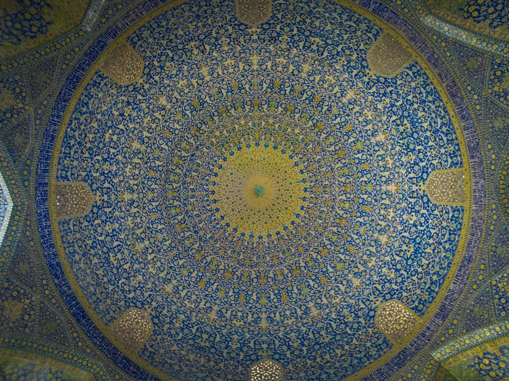 Mosaike ohne Ende in der Kuppel der Königsmoschee