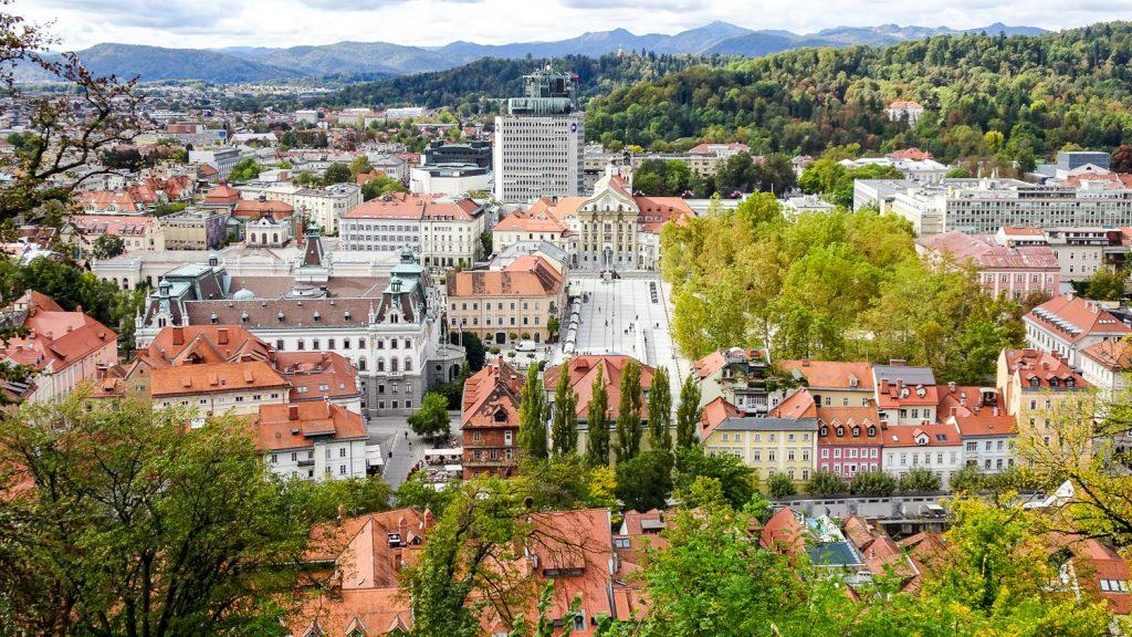 Blick von der Burg über die grüne Stadt