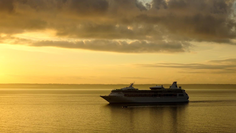 Kreuzfahrtschiff am Morgen