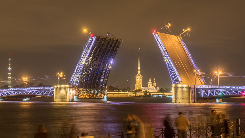Brückenöffnung in der Nacht