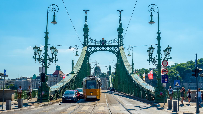 Straßenbahn-Budapest-Motiv auf der Freiheitsbrücke