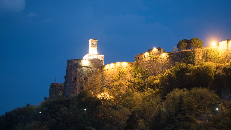 Burg von Gjirokastra bei Nacht